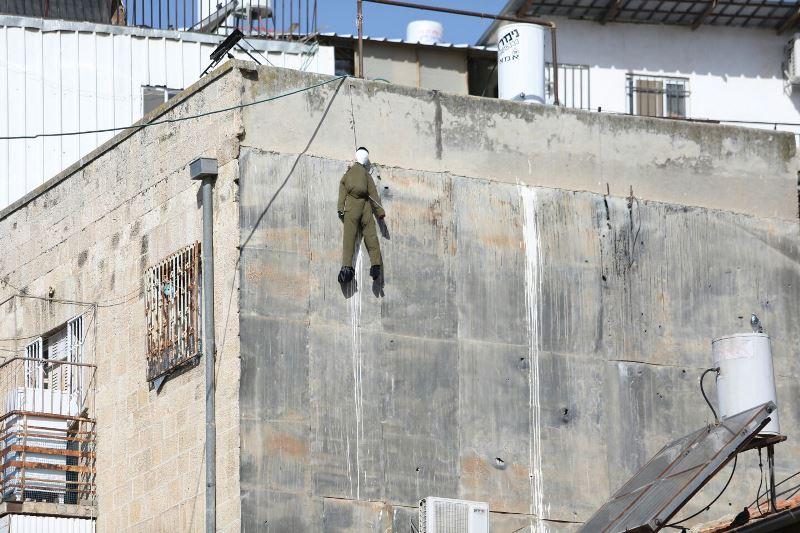 צפו: בובת חייל הוסרה - ליברמן ולפיד מגיבים