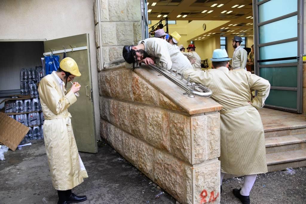 שעה לפני שבת: השיכורים של ירושלים מתנדנדים מצד לצד