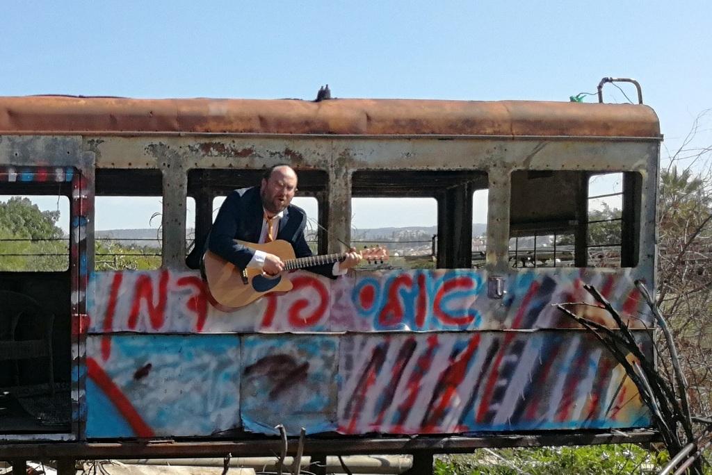 צפו וגלו: לאן נסע הזמר אלי פרידמן • קליפ