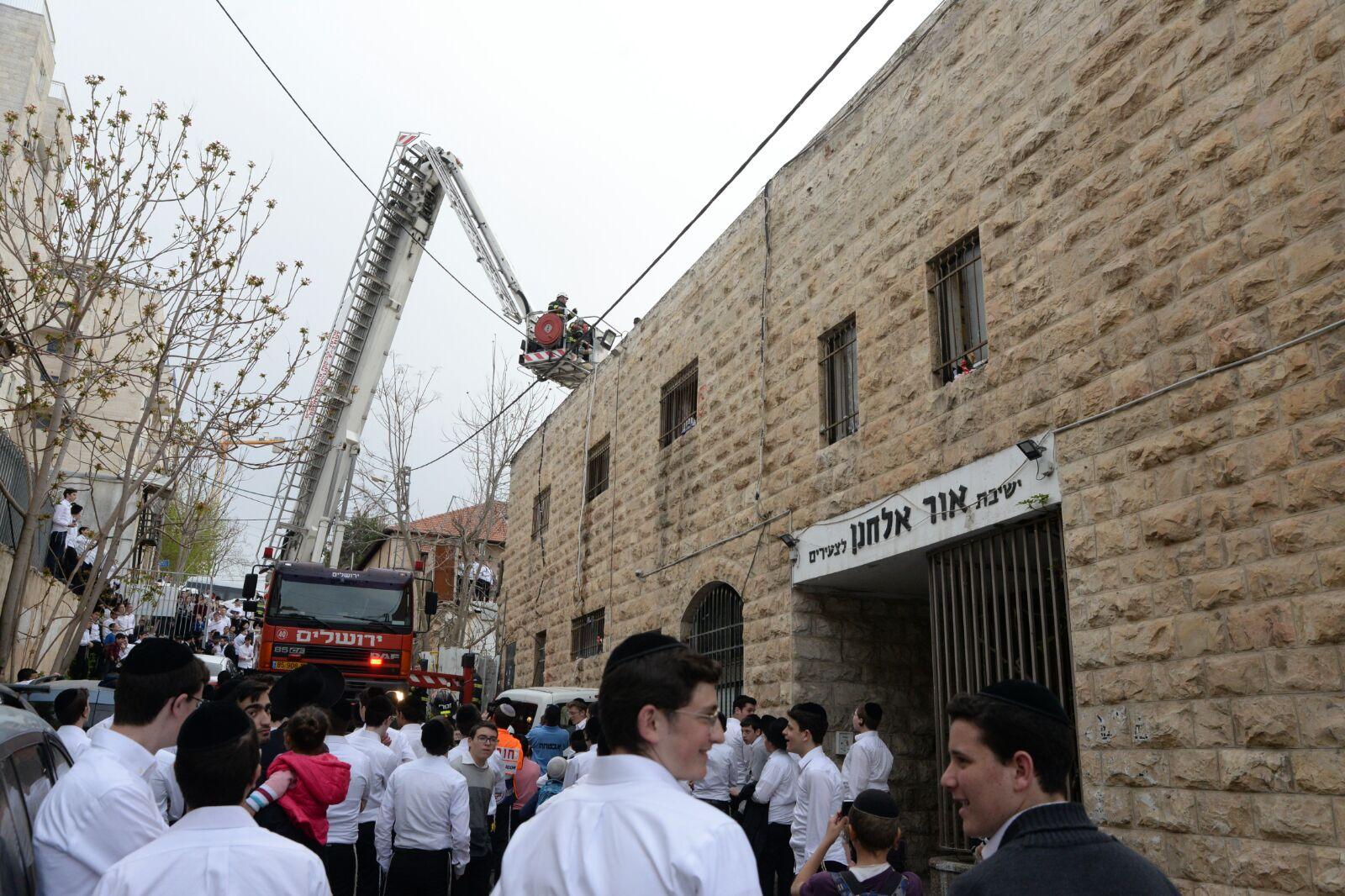 חולצו מגג הישיבה: שריפה פרצה ב