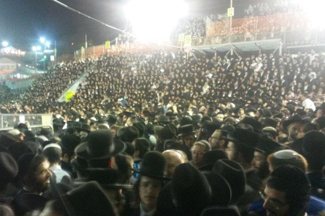 קָדוֹשׁ הוּא מֵהֵרָיוֹן • אלפים בהדלקה בקרלין