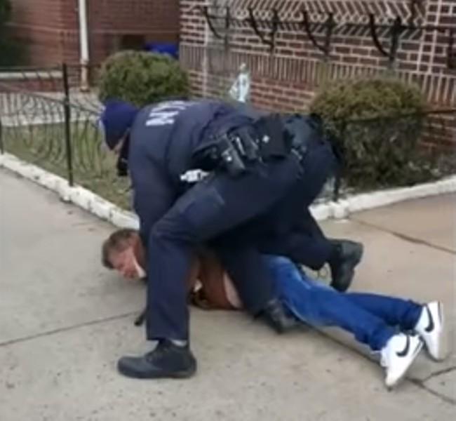 צפו: השוטר הפתיע את תוקף האשה והתנפל עליו