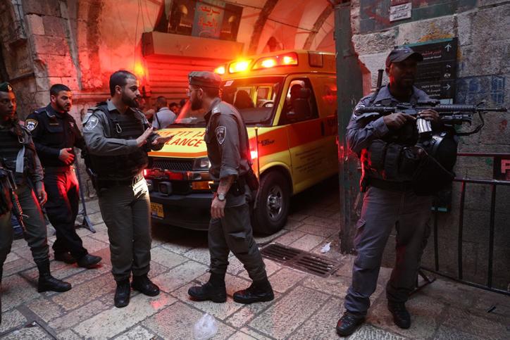 סמוך לכותל; פיגוע בעיר העתיקה בירושלים: מאבטח נדקר ונפצע קשה