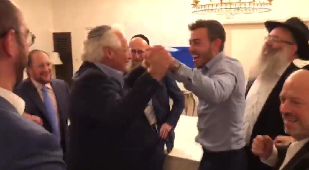 """צפו: שגריר ארה""""ב והחתן פצחו בריקוד סוער"""