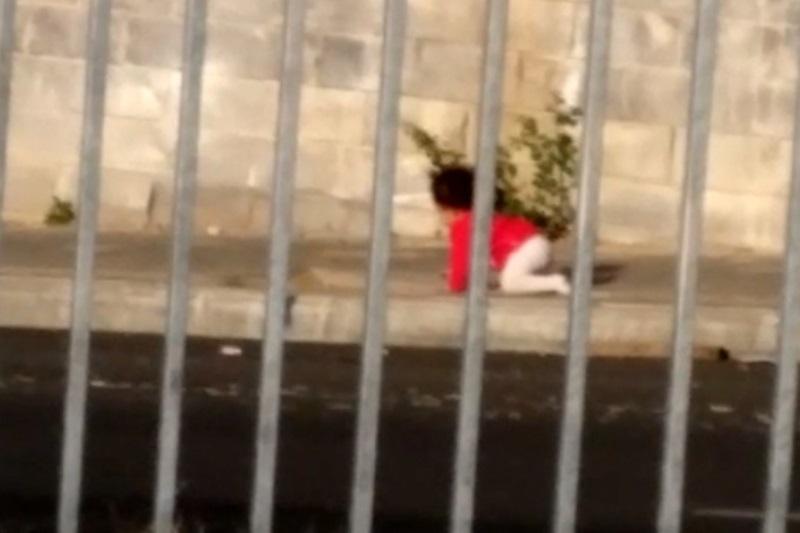 תיעוד מבהיל: תינוק נטוש זוחל בכביש סואן
