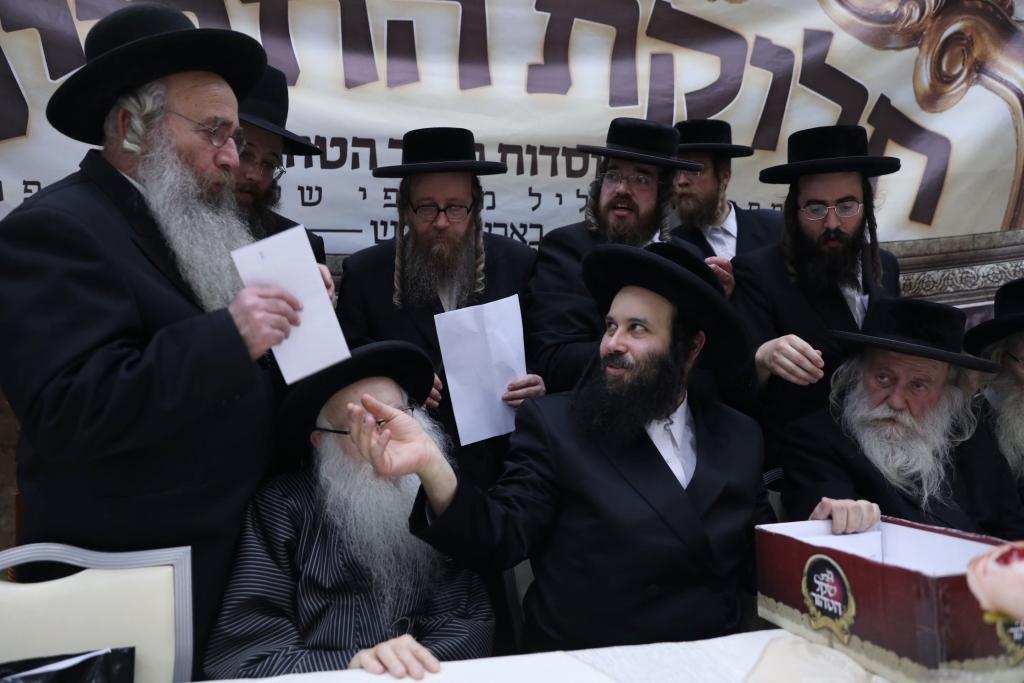בן הרבי הגיע לישראל וחילק שני מיליון דולר במעטפות
