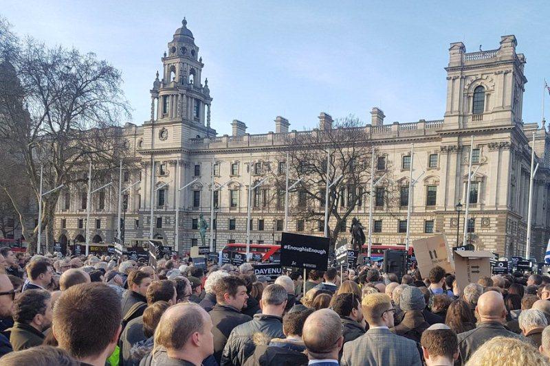 דיינו! אלפים הפגינו נגד המנהיג האנטישמי