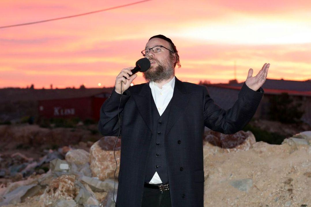 הזמר הקדיש את הסינגל השלישי לעניים