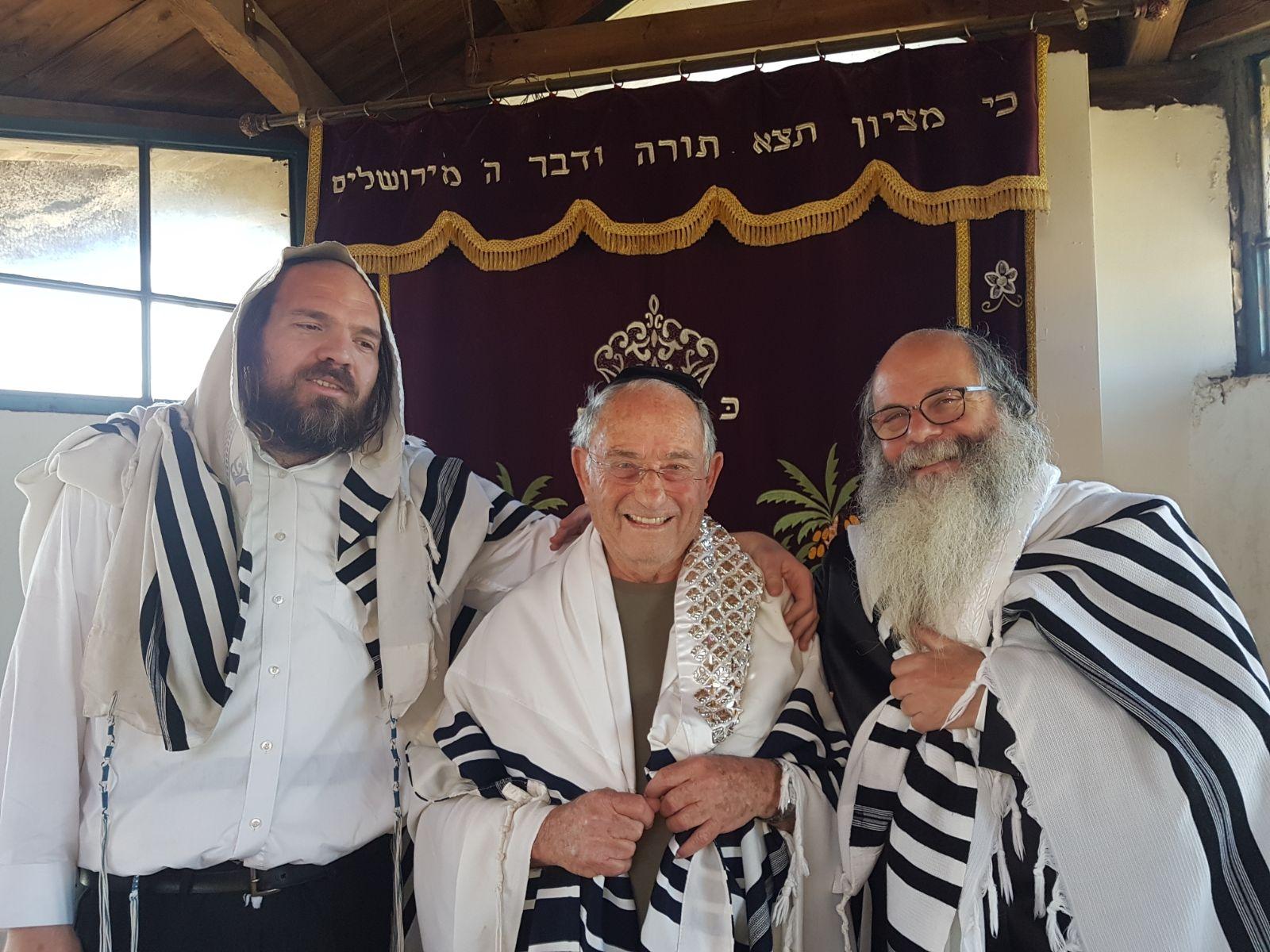 אחרי 68 שנה: בירך ברכת כוהנים • תיעוד מרגש