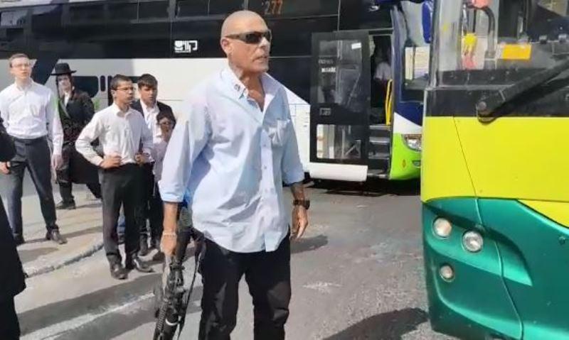 מטריד: נהג האוטובוס יצא למפגינים עם רובה
