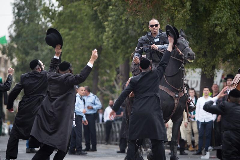 מביש: מפגין מאחל לשוטרים לסיים כמו היטלר