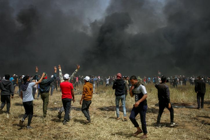 אלפי פלסטינים התפרעו בגבול עזה, 10 נהרגו