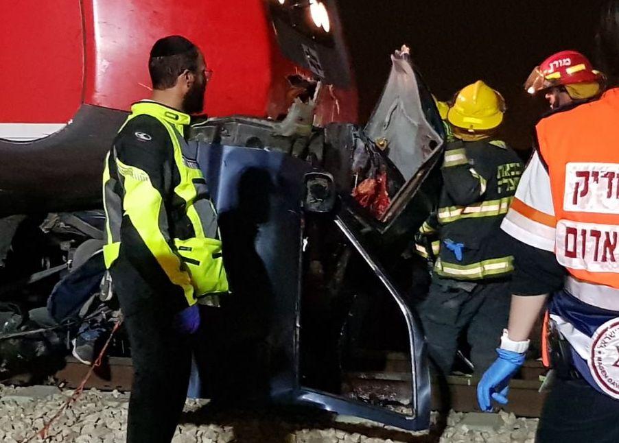 רכב דוהר פגע ברכבת ונחצה לשניים; שניים מנוסעי הרכב נהרגו