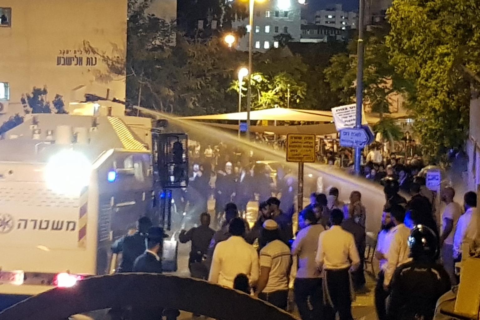רימוני הלם ונפגעים: הפגנה סוערת מול לשכת הגיוס בשל מעצר צעירה