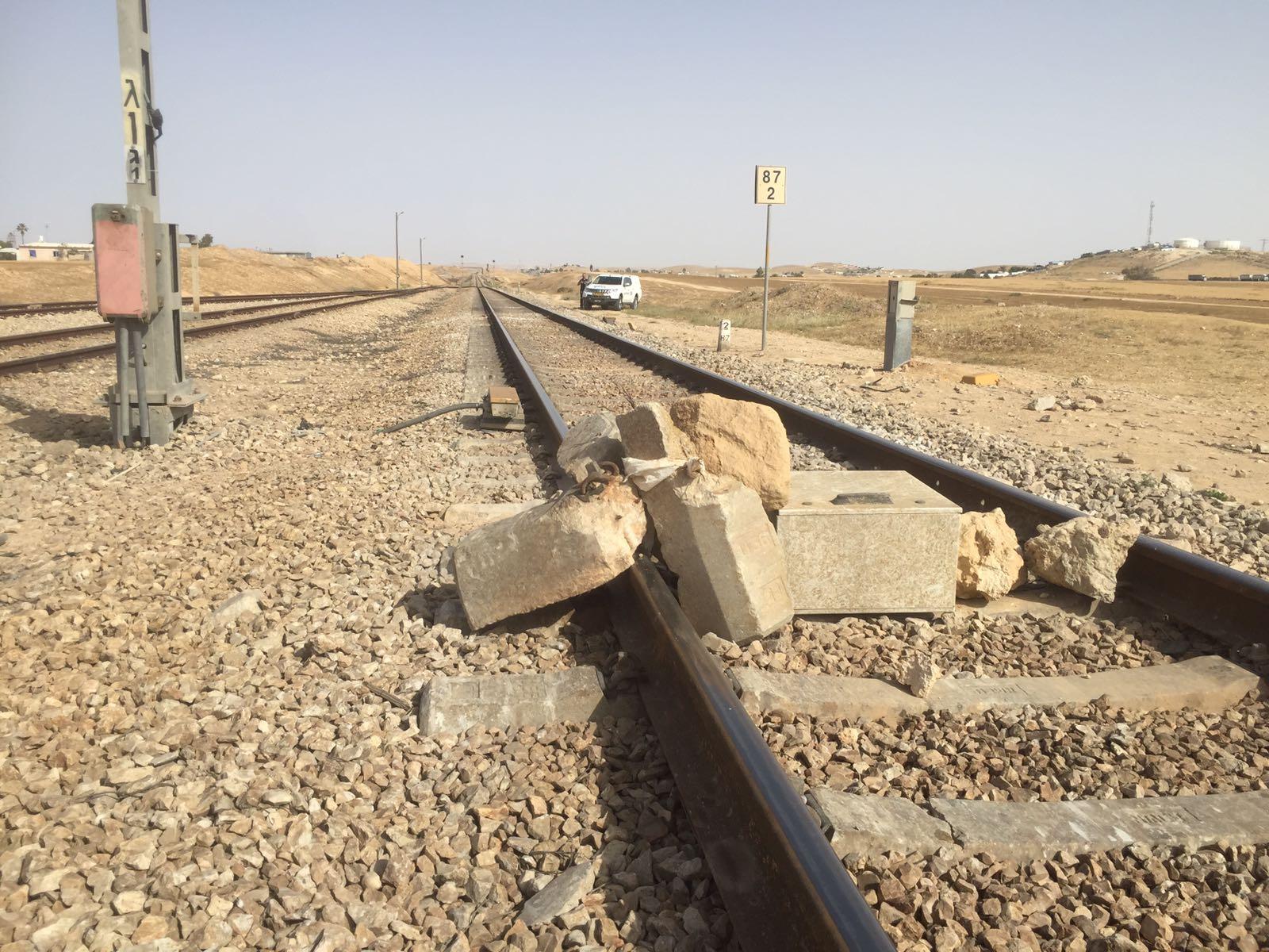 פיגוע מסוג חדש? אבנים על פסי הרכבת • צפו
