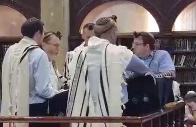 תפילה חגיגית: שני החזנים והמקהלה ריגשו בשחרית • צפו