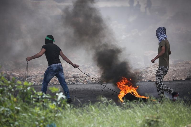 אלפי פלסטינים התפרעו סמוך לגדר: ארבעה הרוגים