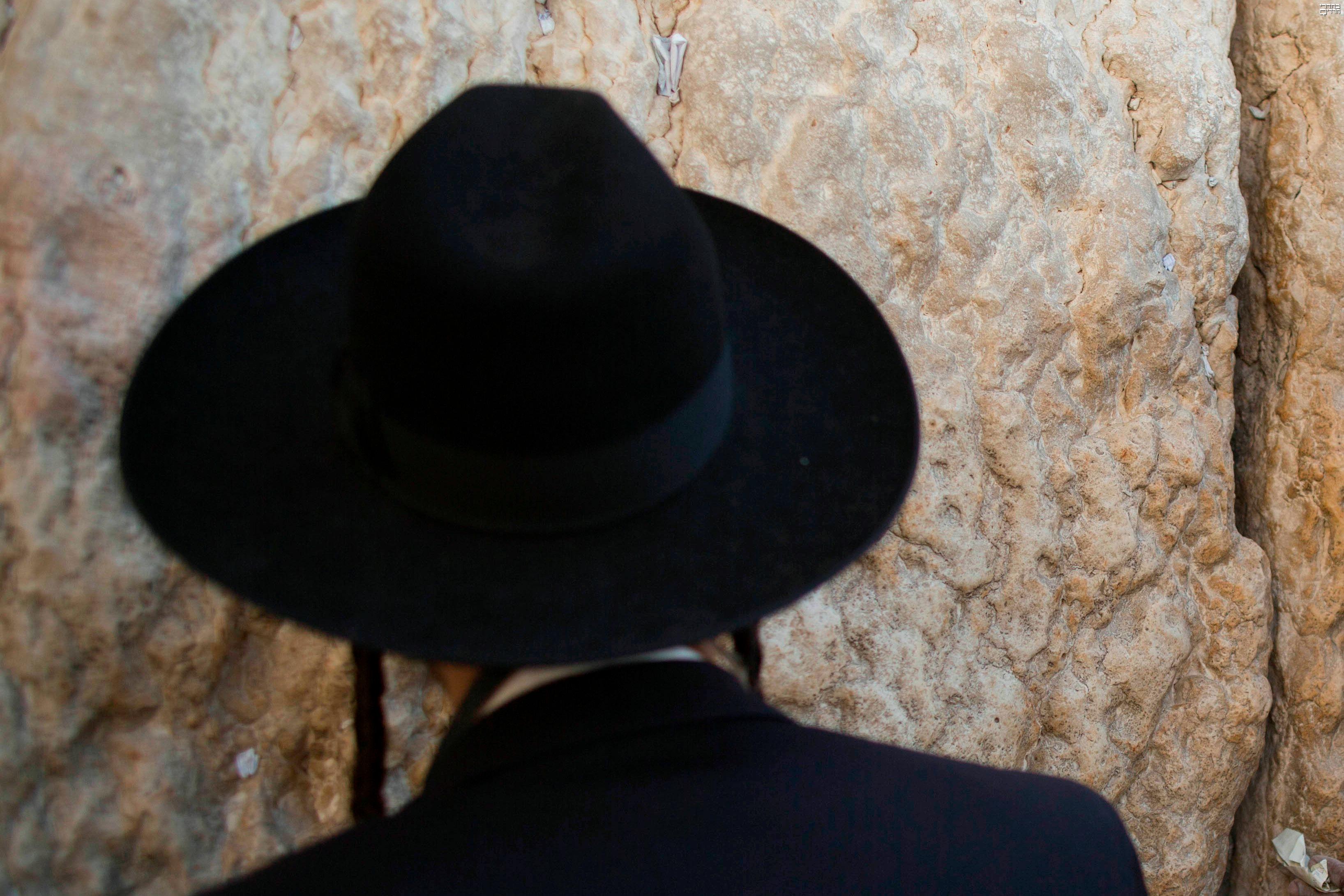 """תיעוד מקומם: מתפלל גורש מהכותל בשביל אח""""מ"""