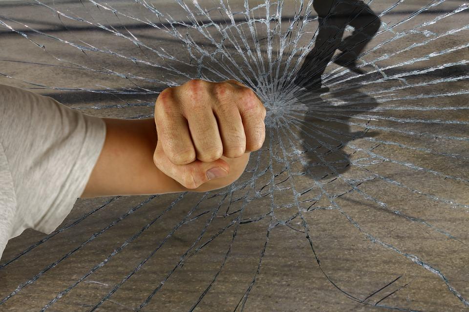 אישום: ניסו לשדוד חנות זהב בדירה באלעד תוך אלימות קשה