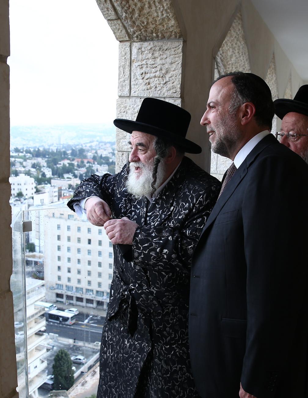 הרבי השקיף עם המיליונר מהקומה ה-22, לעבר מקום המקדש • צפו