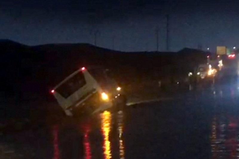אוטובוס נסחף בדרום, הנוסעים חולצו בשלום