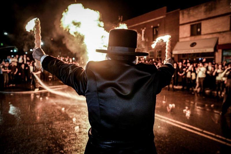 הרבי רקד עם אבוקות של אש וליפא הקפיץ • צפו