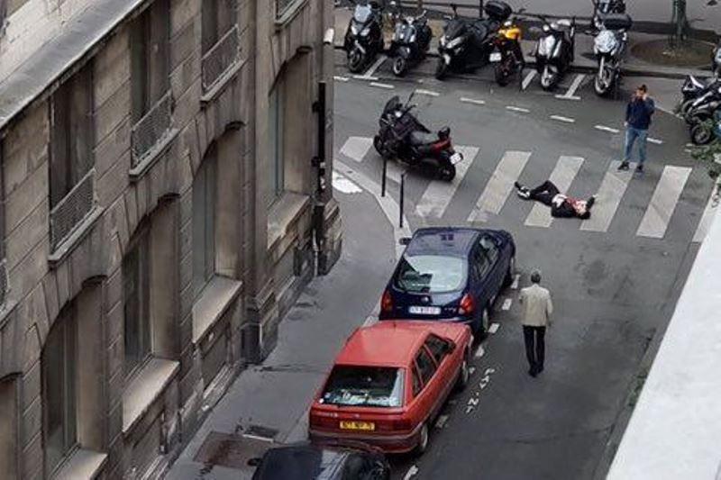 """פריז: צעק """"אללה אכבר"""" ופתח במסע דקירות; שניים נרצחו"""
