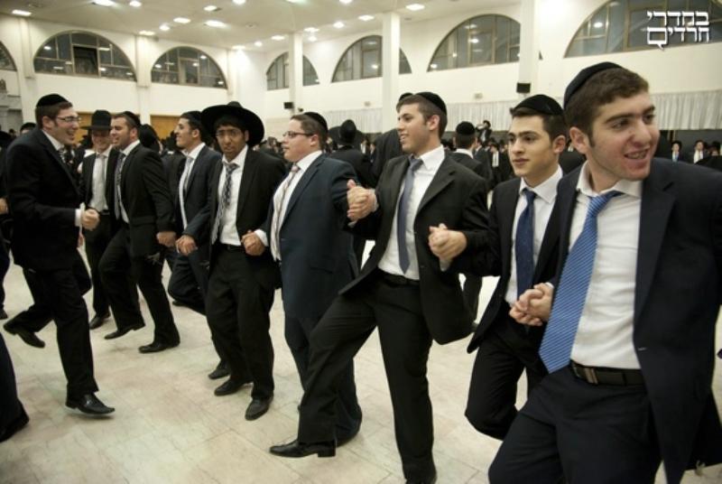 צפו:  בחורי הישיבה רקדו עם הלהיט הישראלי