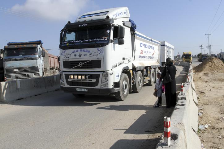 נס ב-443: צפו במשאית דוחקת רכב לשוליים