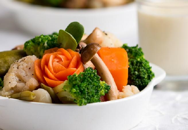 חלבי ומרשים: ירקות מאודים בפונדו בשמל