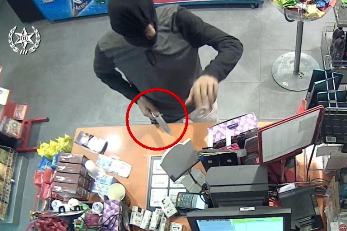צפו: השודד מילא את השלל ונתפס בכניסה