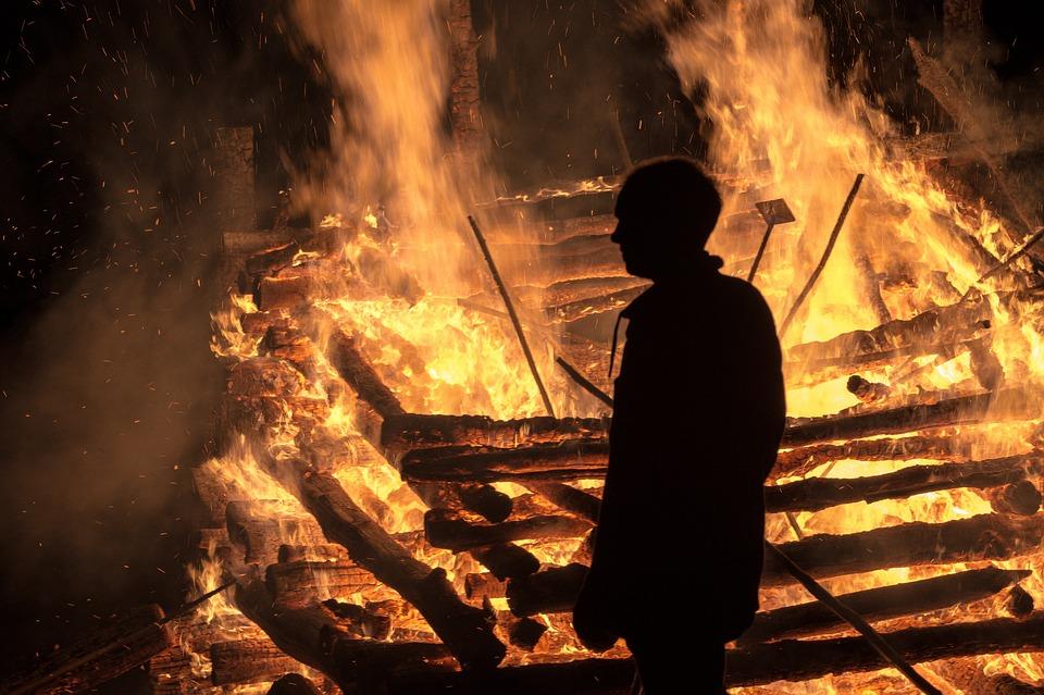 בליל שבת: שריפה בבניין מגורים חרדי בי-ם