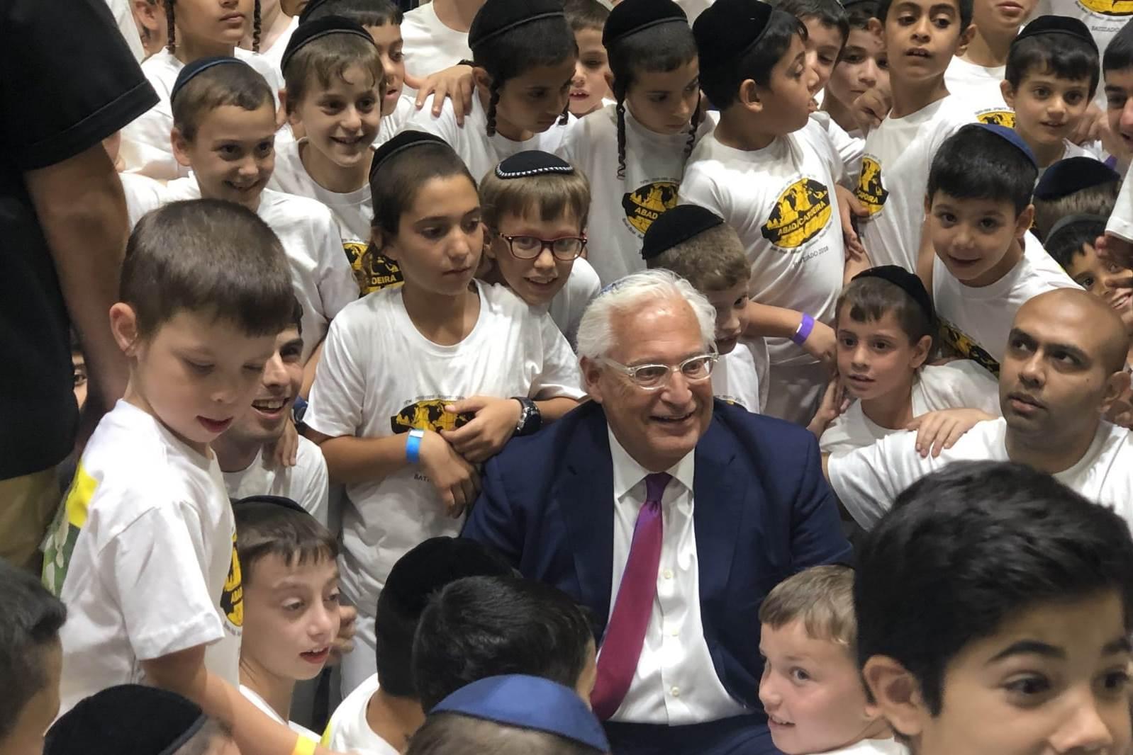 השגריר התיישב על הרצפה בין הילדים החרדים וביקש להצטלם