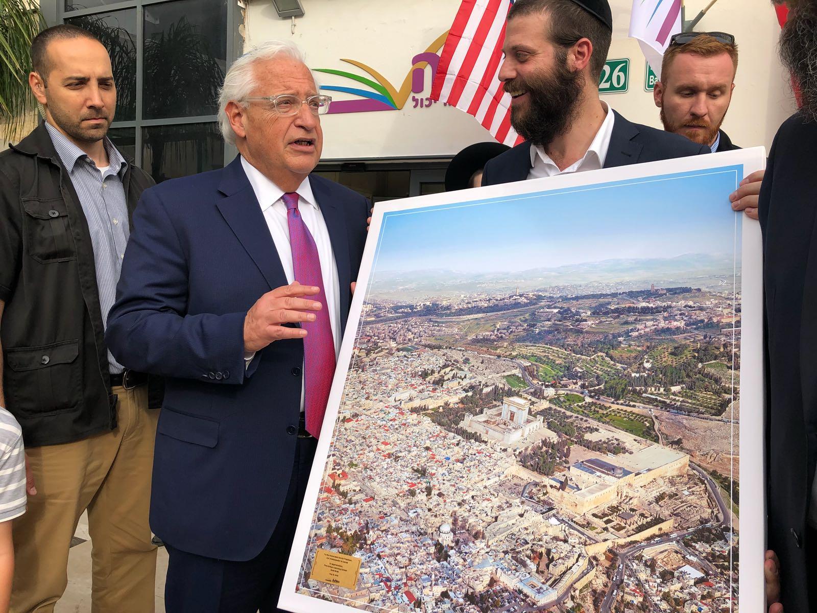 """צפו: התמונה של שגריר ארה""""ב שעוררה סערה"""