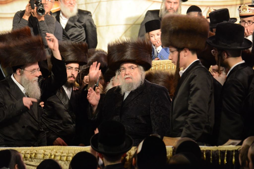 שטריימל בערב שבת ופארשפיל במוצאיה: החלו החגיגות בבעלזא