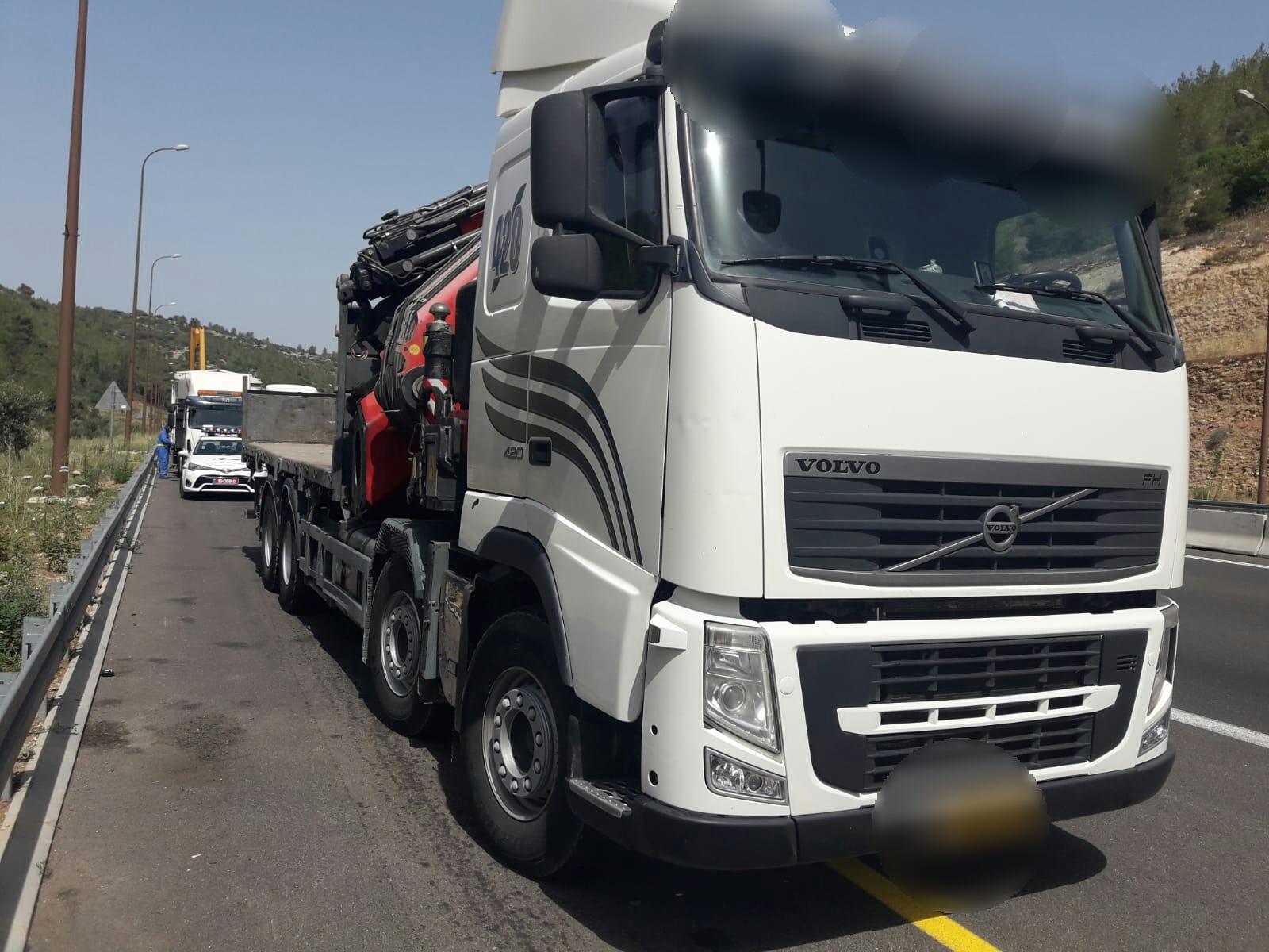 פצצה מתקתקת: נהג על משאית כבדה ללא רישיון