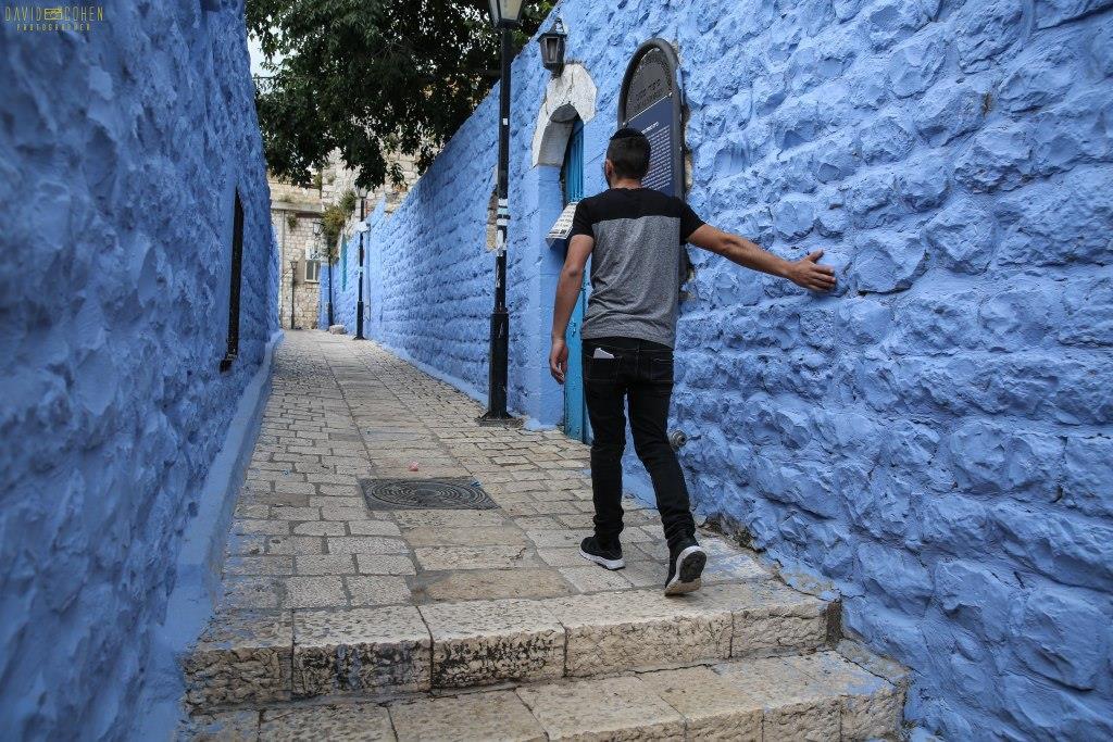 מרהיב: סמטאות עיר המקובלים נצבעו שוב בכחול