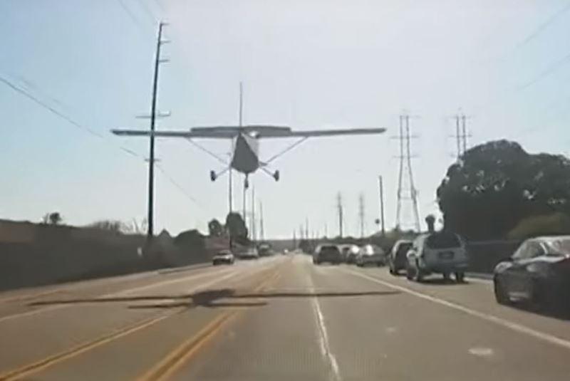 צפו: מטוס נחת באמצע הכביש בין המכוניות