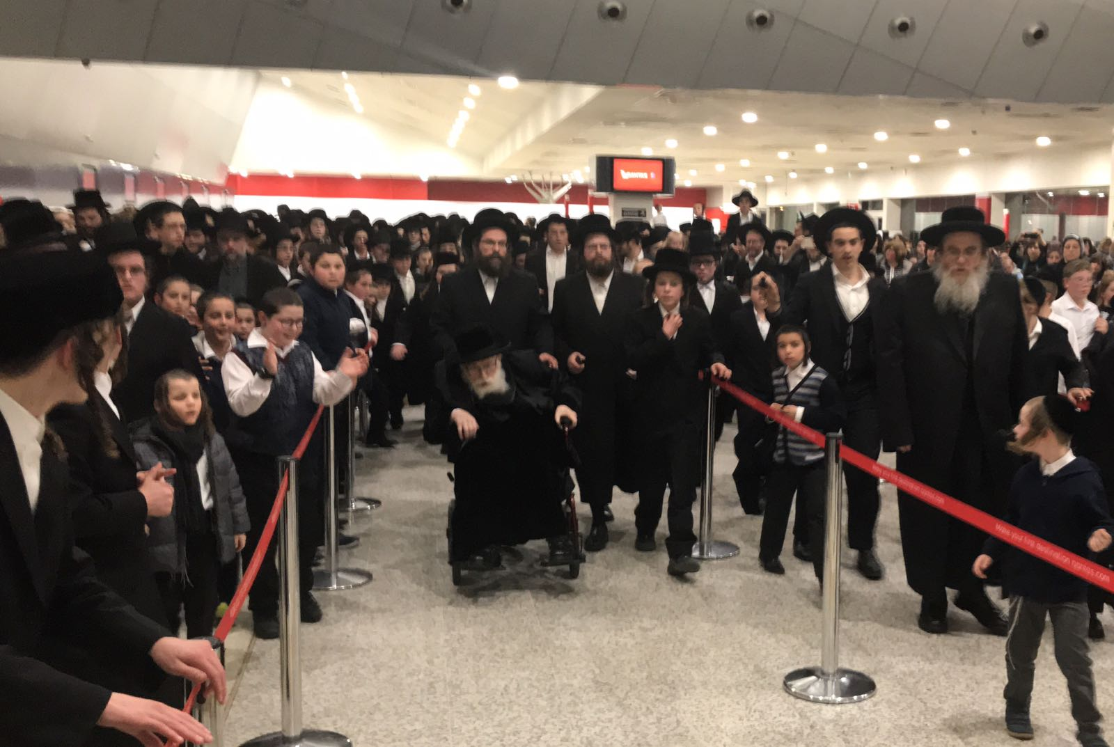 """בשדה התעופה: אנשים, נשים וטף נפרדו מהגאב""""ד הישיש"""