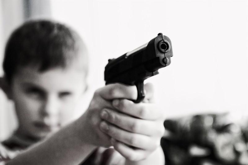 הילד בן התשע הפתיע עם אקדח טעון בילקוט