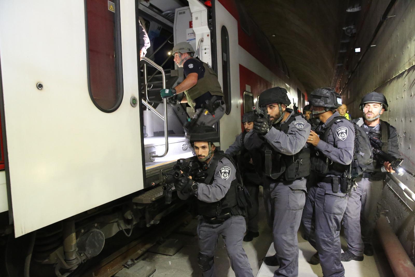 השתלטות מחבלים על רכבת נוסעת במנהרה • צפו בתרגיל