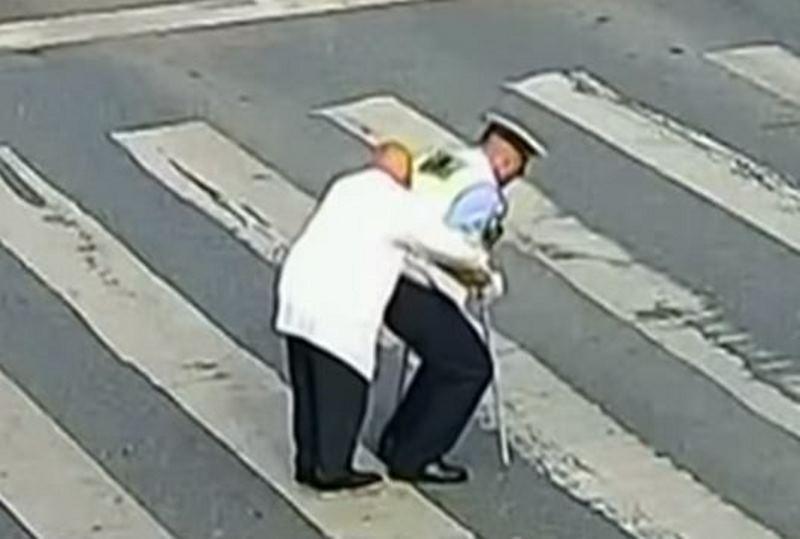 """השוטר הסיני שהדהים את העולם והפך ל""""מלאך"""""""