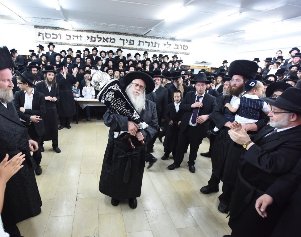 הרבי מצאנז הגיע לאשדוד: הכניס ספר תורה חדש והכתיר דיין