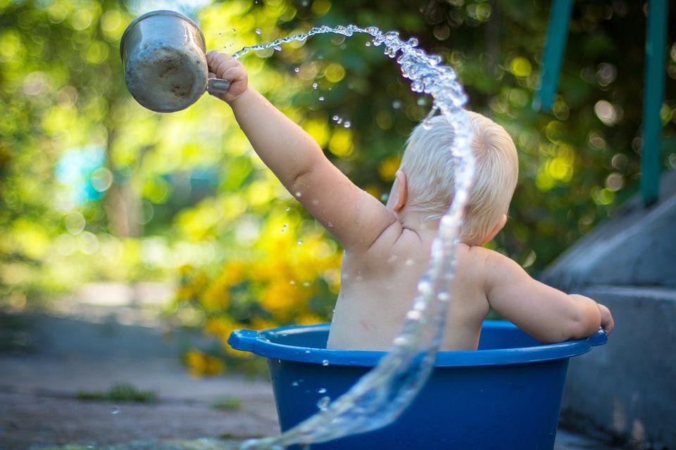 בת שנה וחצי טבעה בדלי מים בביתה