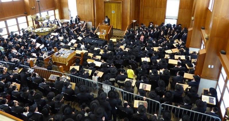מסע הלוויה בהיכל הישיבה.
