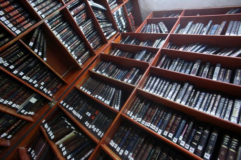 הצצה לאוצר הספרים של הישיבה הגדולה בישראל