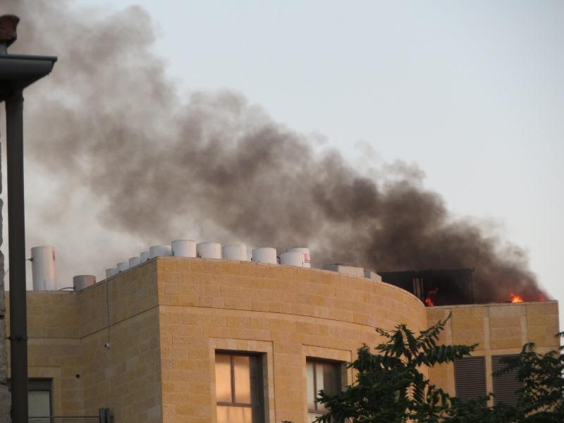 המלון בער, עשן היתמר בשכונה החרדית • צפו