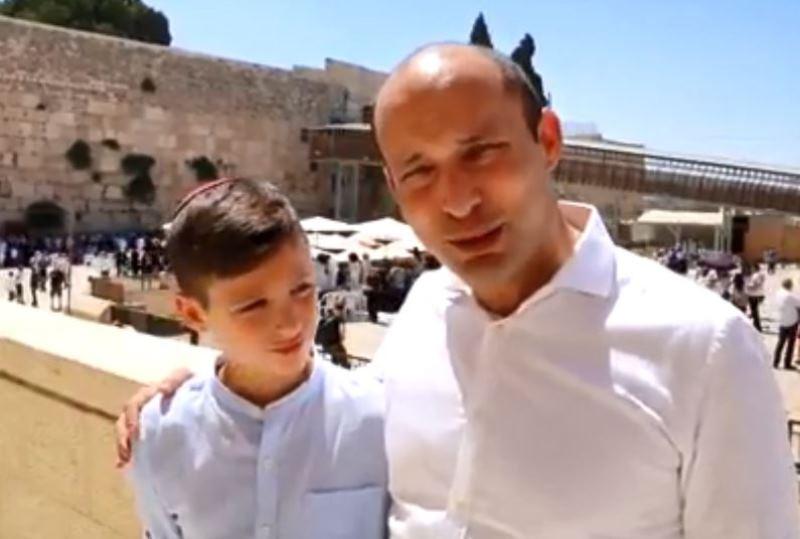 השר בנט חגג בר מצווה לבנו בכורו בכותל