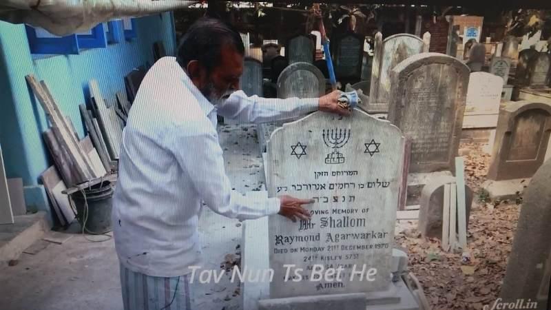 מרתק: המוסלמי בהודו שחורט מצבות בעברית