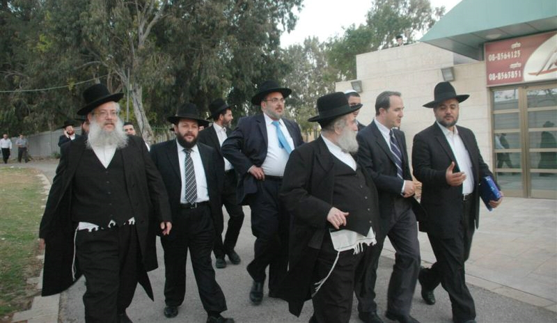 חברי כנסת ונציגים חרדים בהנחת אבן הפינה למוסדות מגן הלב באשדוד, צילום: עוזי ברק